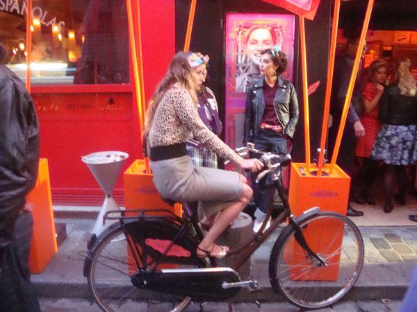 Balajo Hermès fille à vélo