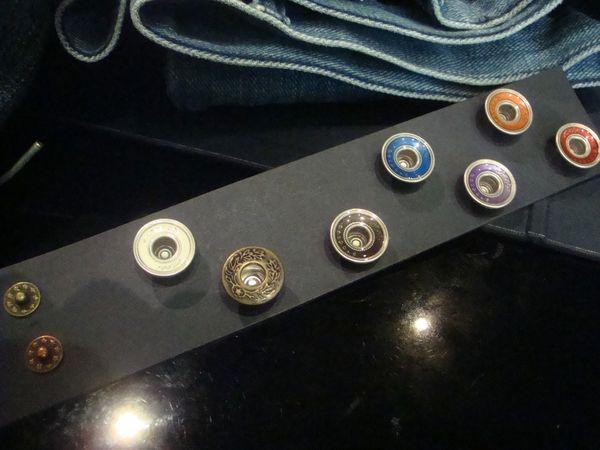 Eglé Bespoke boutons et rivets jeans sur mesure